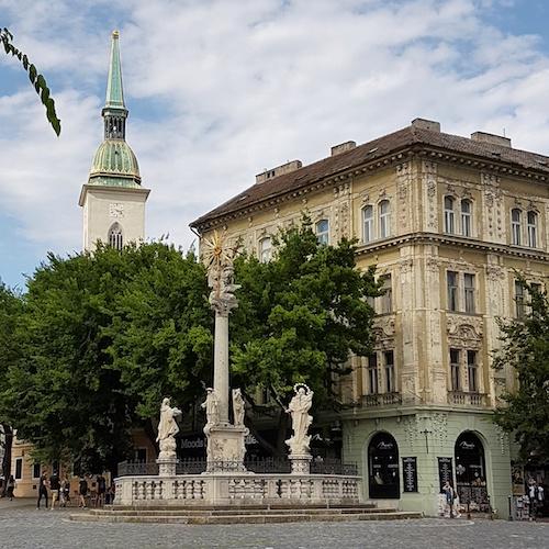 * 86 - Una foto #throwback a los vestigios de la Cristiandad en Europa: aqui, la Columna de la Trinidad en Bratislava Eslovakia, con Dios Padre junto al globo terraqueo, Jesus el Hijo matando al diablo con la cruz, y el Espiritu Santo dentro del sol