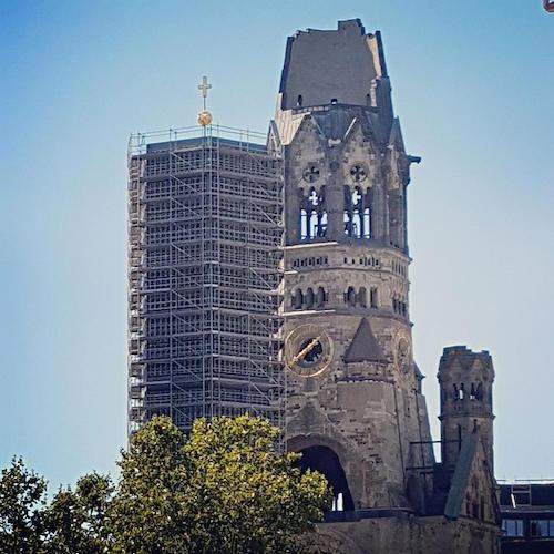 * 83 - Una foto #throwback a los vestigios de la Cristiandad en Europa: aqui, la Iglesia Memorial del Kaiser Wilhelm en Berlin Alemania, una iglesia que fue severamente bombardeada en la Segunda Guerra Mundial